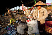 BALI, INDONESIA APRIL 11: Poor from Java island working in a scavenging at the dump on April 11, 2012 on Bali, Indonesia. Bali daily produced 10,000 cubic meters of waste. — Stock Photo