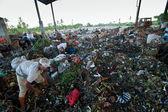 Bali, indonesië worden-april 11: armen van java eiland werken in een opruiming op de stortplaats op 11 april 2012 op bali, indonesië. bali geproduceerd dagelijks 10.000 kubieke meter van afval. — Stockfoto