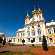PETERHOF, RUSSI- JULY 1: Peterhof Palace near St. Petersburg, Russia, May 1, 2012 in Peterhof, Russia. — Stock Photo #19683035