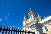 PETERHOF, RUSSIA - JULY 1: Peterhof Palace near St. Petersburg, Russia, May 1, 2012 in Peterhof, Russia. — Stockfoto