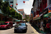 SINGAPORE - APRIL 16: Street scene in Singapore's Chinatown on April 16, 2012 in Singapore. — Foto Stock