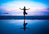 Silhouette di una donna bellissima yoga al mattino — Foto Stock