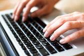 Metin üstünde a laptop klavye yazarak eller — Stok fotoğraf