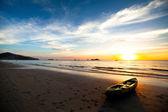 Kajakken op het strand bij zonsondergang. thailand. — Stockfoto