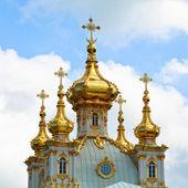 Closeup de cúpula dorada en jardines de verano — Foto de Stock