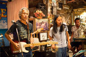 KO CHANG-TRAT, THAILAND - FEBRUARY 10: Thai blues band Stone Free performing in a night club Sticky Rice Blues — Стоковое фото