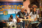 KO CHANG-TRAT, THAILAND - FEBRUARY 10: Thai blues band Stone Free performing in a night club Sticky Rice Blues — Foto Stock