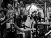 KO CHANG-TRAT, THAILAND - FEBRUARY 10: Thai blues band Stone Free performing in a night club Sticky Rice Blues — 图库照片
