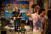KO CHANG-TRAT, THAILAND - FEBRUARY. 10 Thai blues band Stone Free performing in a night club Sticky Rice Blues — Stok fotoğraf