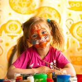 Παιδί, σχέδιο χρώμα με το χρώμα του προσώπου. — Φωτογραφία Αρχείου