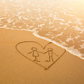 Shape of the pair inside heart of the sea on the beach in Valentine Day. Soft wave of the sea — Stock Photo