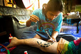 CHANG, THAILAND - DEC 24: Unidentified master makes traditional tattoo bamboo, Dec 24, 2012 in Chang, Thailand. Thai tattooists are very popular among tourists, prices range from 500 thai baht and up — Stock Photo