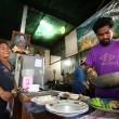 CHANG, THAILAND - JANUARY 23: Unknown vendors prepare food at a street side restaurant on Jan 23, 2012 in Chang, Thai — Photo