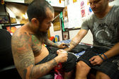 CHANG, THAILAND - JAN 27: Unidentified master makes traditional tattoo bamboo, Jan 27, 2012 in Chang, Thailand — Stock Photo