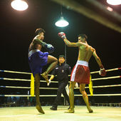 CHANG, THAILAND - FEB 22: Unidentified Muay Thai fighters compete in an amateur kickboxing match, Feb 22, 2013 on Chang, Thailand — Stockfoto