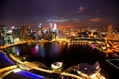 SINGAPORE - APRIL 15: A view of city from roof Marina Bay Hotel in night on April 15, 2012 on Singapore — Stockfoto