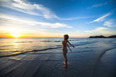 Young woman standing on the seashore — Stock Photo