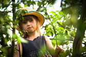 Little girl posing in a straw hat in the park — Stock Photo