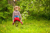Lustige schöne kleine fünfjährige mädchen im park — Stockfoto
