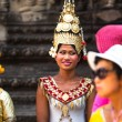 SIEM REAP, CAMBODIA - DEC 13: An unidentified cambodians in national dress poses for tourists in Angkor Wat, Dec 13, 2012 on Siem Reap, Cambodia. Angkor is the country's prime attraction for visitors. — Foto de Stock
