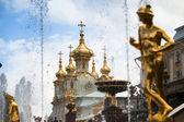 Peterhof, ryssland - 1 juli: peterhof palatset nära st petersburg, ryssland, 1 maj, 2012 i peterhof, ryssland. namnet ändrades till petrodvorets 1944, det ursprungliga namnet restaurerades 1997. — Stockfoto