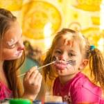 jonge grappig twee zussen spelen met schilderij — Stockfoto