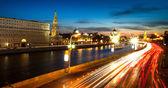 在晚上的时间在莫斯科克里姆林宫附近的帮助河的堤防的全景. — 图库照片