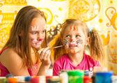 Systrarna leker med målning. — Stockfoto