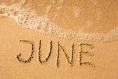 Czerwca - napisał w piasku — Zdjęcie stockowe