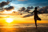 Yoga girl on beach — Stock Photo