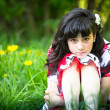 Portrait d'une adolescente, assis dans l'herbe — Photo