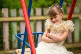 Portret härlig flicka på lekplatsen i byn — Stockfoto