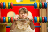 Porträtt av en flicka i en elegant klänning på lekplatsen — Stockfoto