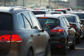 Bilar står i bilkö — Stockfoto