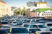 Bilar står i bilkö i moskva. — Stockfoto