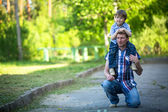 Portrait du père et fils jouent à l'extérieur — Photo