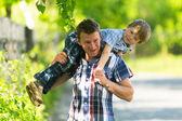 Pappa leker med sin lilla son — Stockfoto