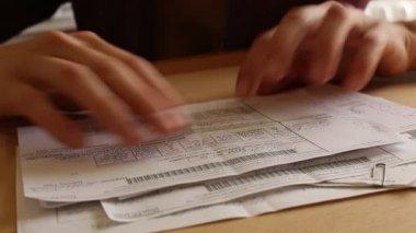 Women's hands revises paper bills — Stock Video #27500785