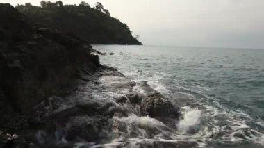 Sea waves on the stone wild beach — Stock Video