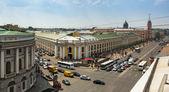 São Petersburgo, Rússia - 26 de jun: vista do metro superior e shopping gostiny dvor na nevsky prospect, 26 de junho de 2013, São Petersburgo, Rússia. Estação inaugurada em 1967, é uma das estações mais movimentadas no metro inteira spb. — Fotografia Stock