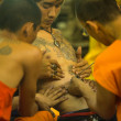 NAKHON CHAI, THAILAND - MAR 23: Unidentified monk makes traditional Yantra tattooing during Wai Kroo Master Day Ceremony in Wat Bang Pra on Mar 23, 2013 in Nakhon Chai, Thailand. — Foto de Stock
