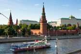 Embankment of the Moskva River near the Kremlin in Moscow. — Stock Photo