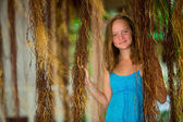 Teengirl in un abito blu nella foresta di mangrovie — Foto Stock