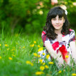 une adolescente assis dans l'herbe — Photo