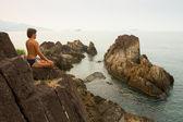 年轻人做瑜伽 — 图库照片