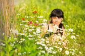 Chica retrato entre flores silvestres — Foto de Stock