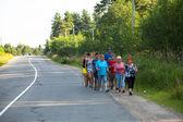 Niet-geïdentificeerde deelnemers tijdens van lokale wedstrijden in nordic walking-gewijd aan de dag van gezondheid — Stockfoto