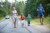 Participants (kids: Nikolay Dubinin 4, Darja Zhochkina 6) during of local competitions in Nordic walking devoted to the Day of Health — Foto Stock