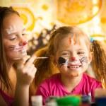 meisje spelen met schilderen met zus — Stockfoto