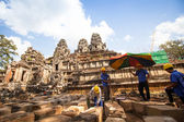 Unidentified cambodian workers for restoration works in Angkor Wat — Photo